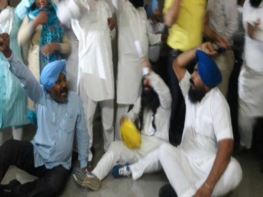 File image of AAP MLAs protesting outside the Assmebly. Twitter/@HarjotBains