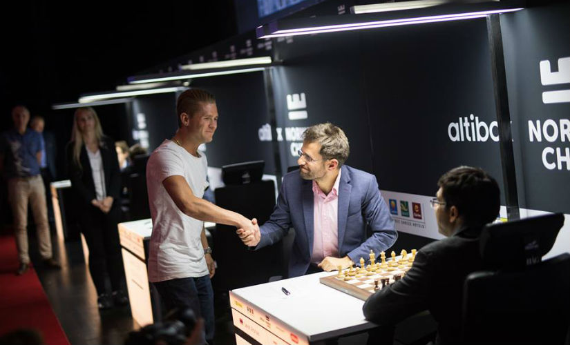 Aronian gets some hearty wishes from a fan before the game. (Source: official website)