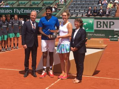 Rohan Bopanna and Gabriela Dabrovski pose with the French Open mixed doubles trophy at Roland Garros. Iamge courtesy: Twitter/@RolandGarros