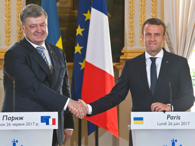 Ukrainian President Petro Poroshenko, left, and French President Emmanuel Macron shake hands after a press conference at the Elysee Palace, in Paris on Monday. AP