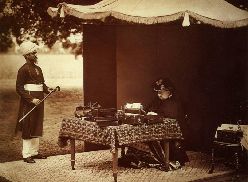 Queen Victoria with Abdul Karim in 1893. Image via Wikimedia Commons