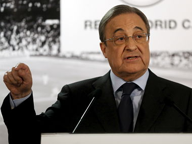 Real Madrid's President Florentino Perez gestures during a news conference at Santiago Bernabeu stadium in Madrid, Spain, November 23, 2015. Real Madrid president Florentino Perez has called a news conference to face the media after Saturday's humiliating 4-0 La Liga defeat at home to Barcelona in the 'Clasico' soccer match. REUTERS/Juan Medina - RTX1VI2F