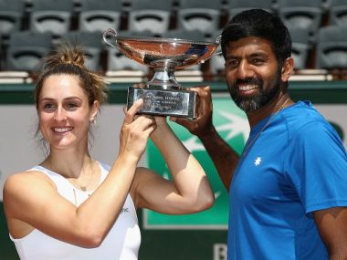 Rohan Bopanna and Gabriela Dabrowski with the mixed doubles trophy. Image courtesy: Twitter/@WTA