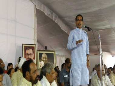 Shivraj Chouhan interacting with farmers. Twitter/@CMMadhyaPradesh