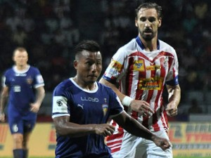 Atletico de Kolkata's midfielder Borja Fernandez (R) looks on as Chennaiyin FC's forward Jeje Lalpekhlua controls the ball during the Indian Super League (ISL) football match between Atletico de Kolkata and Chennaiyin FC at Rabindra Sarobar Stadium in Kolkata on October 2, 2016. ----IMAGE RESTRICTED TO EDITORIAL USE - STRICTLY NO COMMERCIAL USE-- / AFP PHOTO / STR