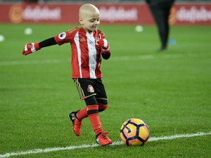 Five-year-old Sunderland fan and cancer patient Bradley Lowery warms up on the pitch with the Sunderland players ahead of the English Premier League football match between Sunderland and Chelsea at the Stadium of Light in Sunderland, north-east England on December 14, 2016. / AFP PHOTO / Oli SCARFF / RESTRICTED TO EDITORIAL USE. No use with unauthorized audio, video, data, fixture lists, club/league logos or 'live' services. Online in-match use limited to 75 images, no video emulation. No use in betting, games or single club/league/player publications. /