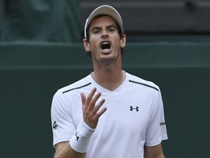 Britain's Andy Murray reacts after a point against Italy's Fabio Fognini during their men's singles third round match on the fifth day of the 2017 Wimbledon Championships at The All England Lawn Tennis Club in Wimbledon, southwest London, on July 7, 2017. / AFP PHOTO / Glyn KIRK / RESTRICTED TO EDITORIAL USE