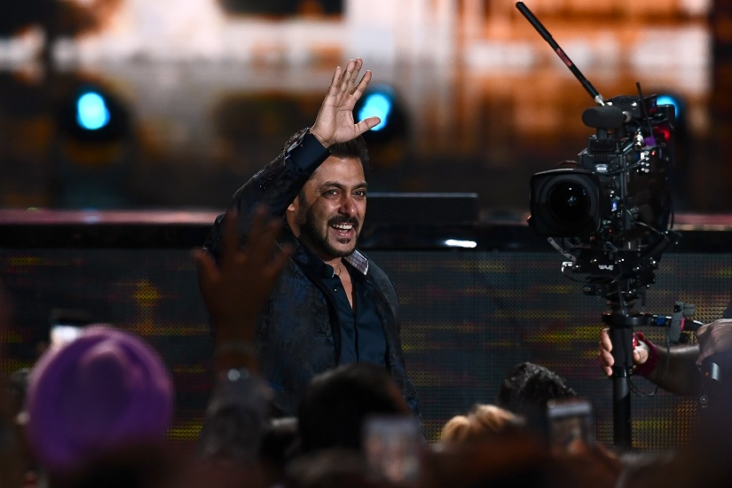 Bollywood actor Salman Khan waves during IIFA award of the 18th International Indian Film Academy (IIFA) Festival at the MetLife Stadium in East Rutherford, New Jersey, on July 15, 2017. / AFP PHOTO / JEWEL SAMAD