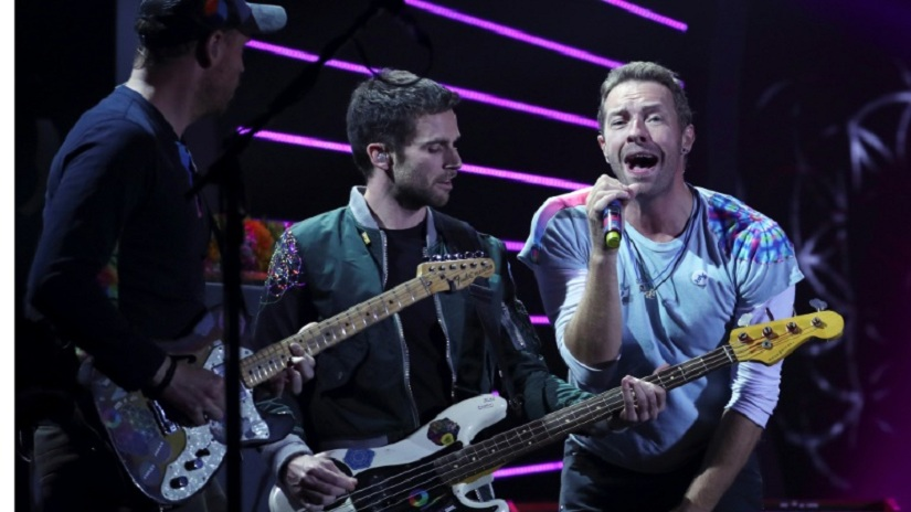Coldplay, led by frontman Chris Martin (right), has long been active on humanitarian causes. Image via AFP/Ronny Hartmann