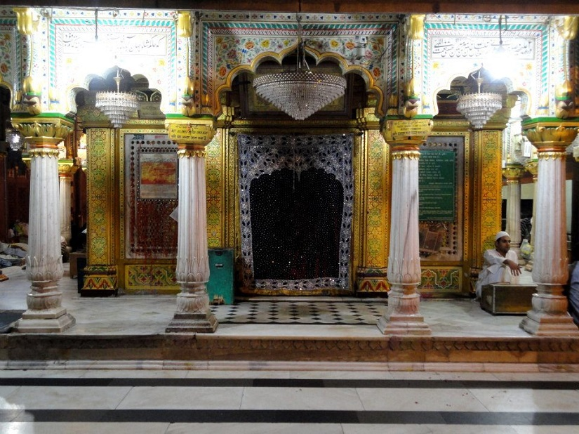 Inner sanctum of the saint at Hazrat Nizamuddin Dargah
