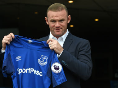 Wayne Rooney poses in front of Everton fans. AFP