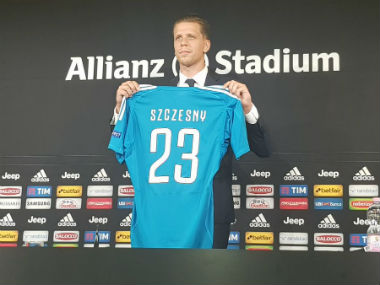 Juventus' nwew signing Szczesny poses after finishing his move from Arsenal. Twitter: @juventusfc