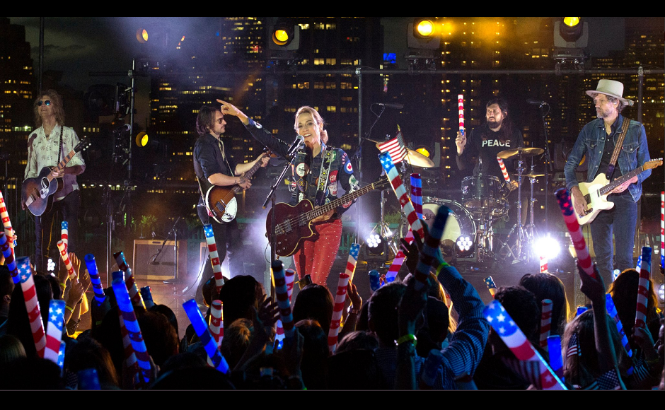 Singer-songwriter Sheryl Crow lit up the stage with her tunes at Macy's Fireworks. Image from Macy's/Twitter.