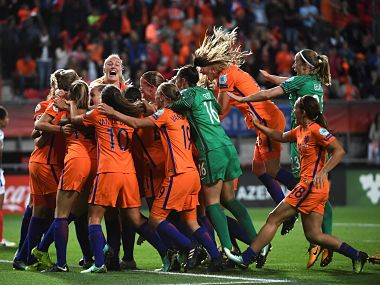 Netherlands' players celebrate after winning during the UEFA Women's Euro 2017 football tournament semi-final match between Netherlands and England at the FC Twente Stadium, in Enschede on August 3, 2017. / AFP PHOTO / JOHN THYS