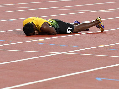 Jamaica's Usain Bolt lies on the track after pulling up injured in the final of the men's 4x100m relay athletics event at the 2017 IAAF World Championships at the London Stadium in London on August 12, 2017. / AFP PHOTO / Andrej ISAKOVIC