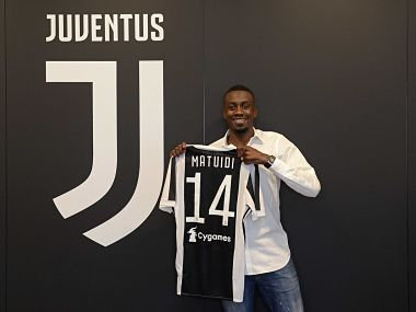 Blaise Matuidi poses with his Juventus jersey. Image courtesy: Twitter @juventusfcen