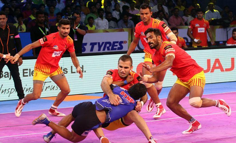 Gujarat Fortunegiants' Fazel Atrachali tackles Haryana Steelers on his own. PKL