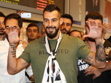 Alvaro Negredo was welcomed by Besiktas fans at the airport. Twitter: @Besiktas_SK