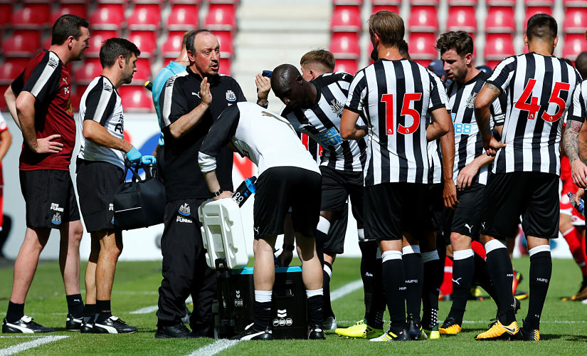 Soccer Football - FSV Mainz 05 v Newcastle United - Pre Season Friendly - Mainz, Germany - July 29, 2017 Newcastle manager Rafael Benitez talks to their players REUTERS/Ralph Orlowski - RTS19O3N