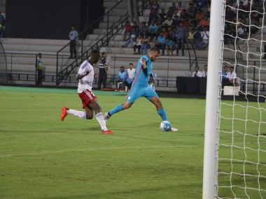 Robin Singh en route to India's first goal. Image courtesy: Twitter/@IndSuperLeague