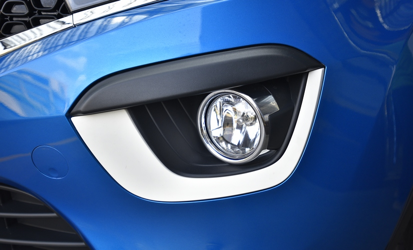 The black honeycomb grille on the Tata Nexon comes with a chrome outline to it, flanked by the tear drop projector headlamps. These lights have a LED strip that doubles up as a DRL.