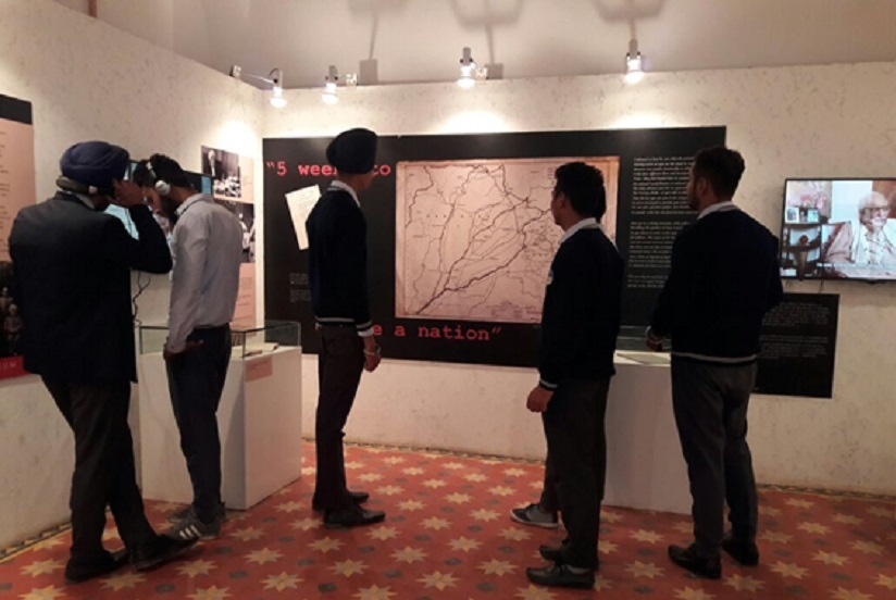 Students examine the Boundary Commission Proposal. Image courtesy Partition Museum Amritsar