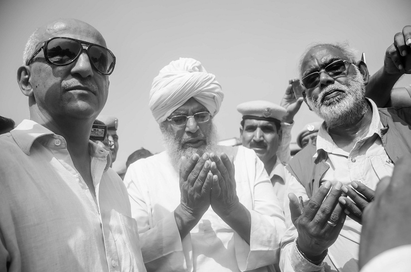 Harsh Mander and Karwan team offering flowers and prayers at a symbolic location to pay tribute to Pehlu Khan