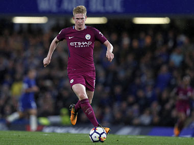 Manchester City's Belgian midfielder Kevin De Bruyne runs with the ball during the English Premier League football match between Chelsea and Manchester City at Stamford Bridge in London on September 30, 2017. / AFP PHOTO / Adrian DENNIS / RESTRICTED TO EDITORIAL USE. No use with unauthorized audio, video, data, fixture lists, club/league logos or 'live' services. Online in-match use limited to 75 images, no video emulation. No use in betting, games or single club/league/player publications. /