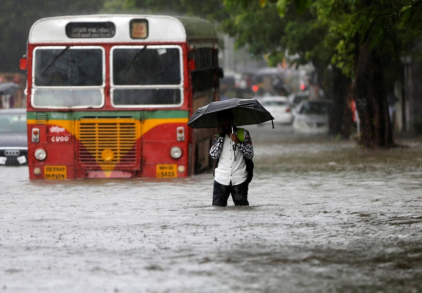 A man walks past a stranded public transport bus on a road flooded by heavy rains in Mumbai, India, August 5, 2016. REUTERS/Shailesh Andrade TPX IMAGES OF THE DAY - S1BETTRHAEAA