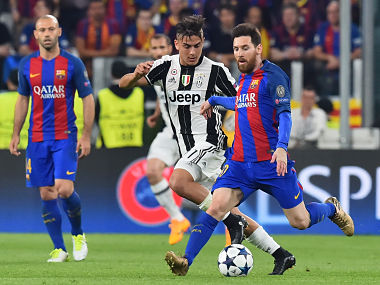 Juventus' forward from Argentina Paulo Dybala (C) vies with Barcelona's Argentinian forward Lionel Messi during the UEFA Champions League quarter final first leg football match Juventus vs Barcelona, on April 11, 2017 at the Juventus stadium in Turin. / AFP PHOTO / GIUSEPPE CACACE