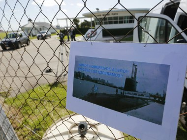 """A picture of the Argentine submarine ARA San Juan written in Spanish """"Come on steel men. We will wait for you at home"""" hangs from the fence at the Navel base in Mar del Plata, Argentina. AP"""