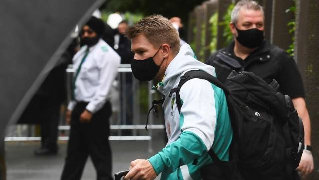 Australia's David Warner (C) leaves the team's hotel in Melbourne on January 4, 2021, as the Australian and Indian cricket teams relocate to Sydney for the third cricket Test on January 7. (Photo by William WEST / AFP) / -- IMAGE RESTRICTED TO EDITORIAL USE - STRICTLY NO COMMERCIAL USE --